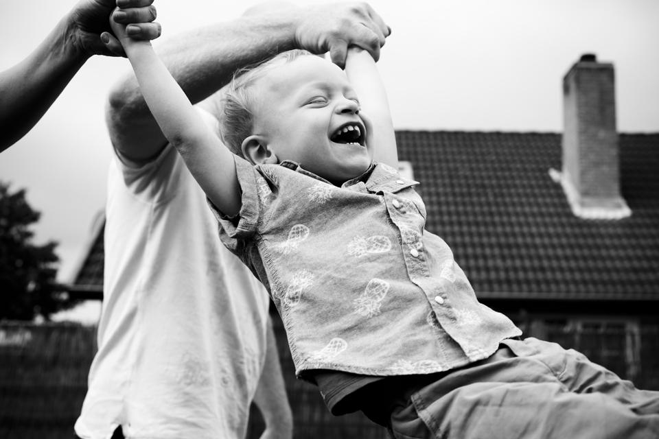 børnefotograf i københavn - udensdørs fotosession hjemme i haven