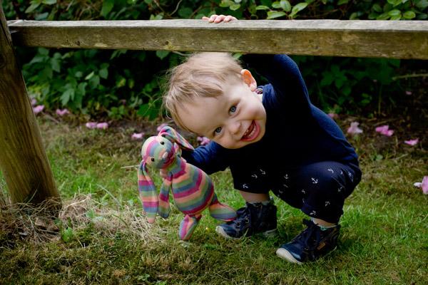 babyfotograf udendørs i haven
