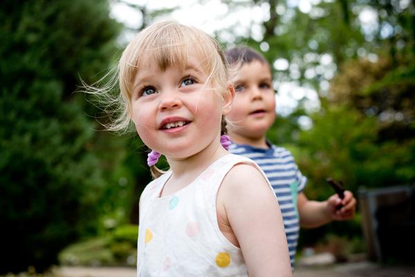 Børnefotograi udendørs farmethebaby